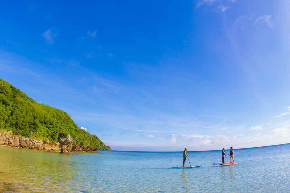 海でsupを楽しむ人々