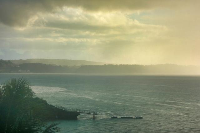 雨の沖縄の海岸の風景